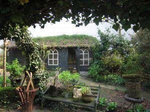 tuin aanleg met tuinhuisje
