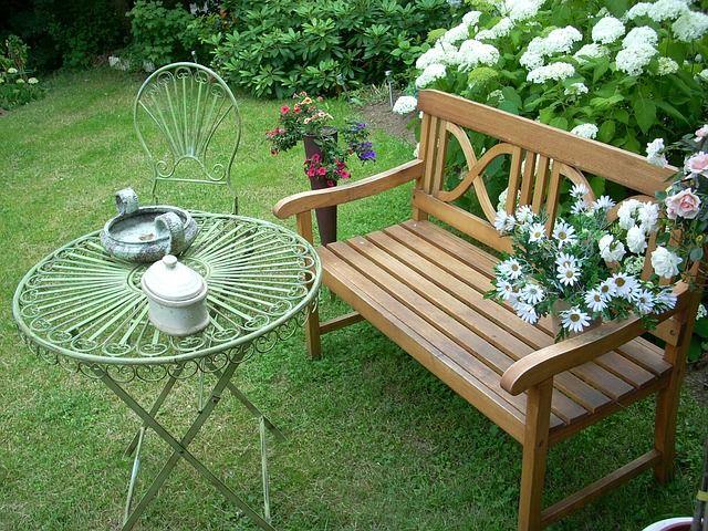 houten tuinbank in achtertuin